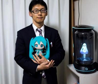 Cansado de ser rechazado, un japonés se casó con un holograma