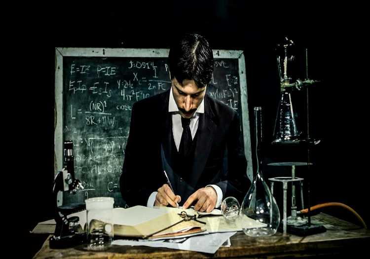 Nikola Tesla zihnindeki motoru hayata geçirmek için gece gündüz çalışmaya devam ediyordu.