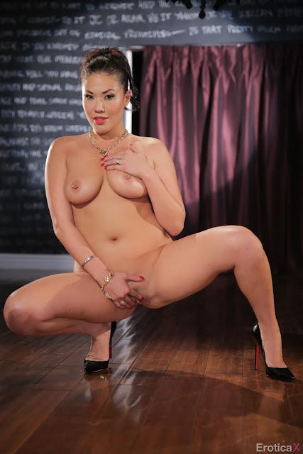 mmmmmmmm Foto Syur Model Erotic Bugil Dengan Busana Mempesona