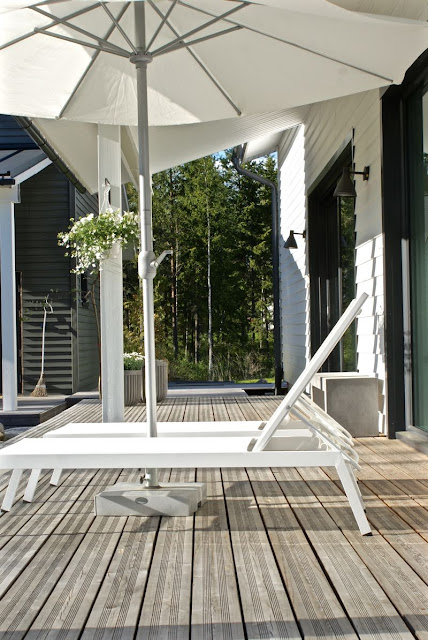 zicos.fi, lehtikuusi, kukka-amppeli, grillikatos, kesäkeittiö, moderni piha, house doctor