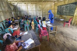 Guru yang mengajar di kawasan pelosok dengan kondisi sekolah yang memperihatinkan