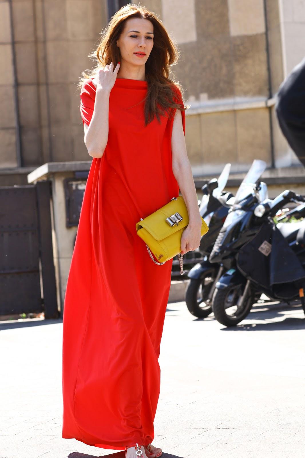 cf5ea8305d06 Ένα κατακόκκινο maxi φόρεμα σε αέρινη λιτή γραμμή ενώ το clutch bag  δημιουργεί μία κομψή αντίθεση.Δύο έντονα χρώματα συνδυασμένα μας προσφέρουν  ένα πολύ ...