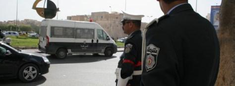 Les unités sécuritaires ont encerclé ce vendredi 11 mars 2016 les 10 entrées principales de la ville de Sfax. Lors de cette opération sécuritaires, 60 personnes vivement recherchées par les autorités sécuritaires et judiciaires ont été arrêtées. Dans une déclaration accordée à l'agence TAP, Fathi Missaoui, porte parole du district de sécurité de Sfax a affirmé que plus de 150 agents de sécurité ont pris part à cette opération. L'opération se poursuit cet après midi.