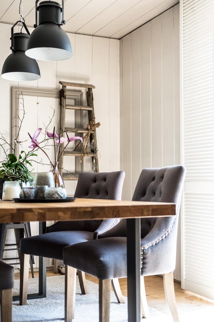 www.fim.works | Lifestyle-Blog | schwarze Metall-Lampen im Industrie-Look, Esstisch mit Eichenholzplatte, graue Polsterstühle, alte Leiter als Deko, weiße Fensterläden