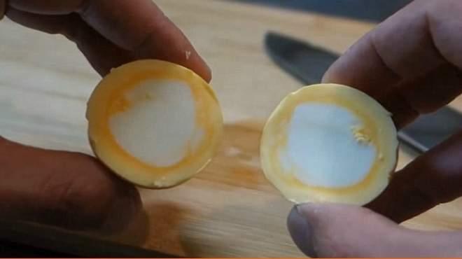 طريقة سلق البيض بحيث يكون الصفار للخارج والبياض للداخل