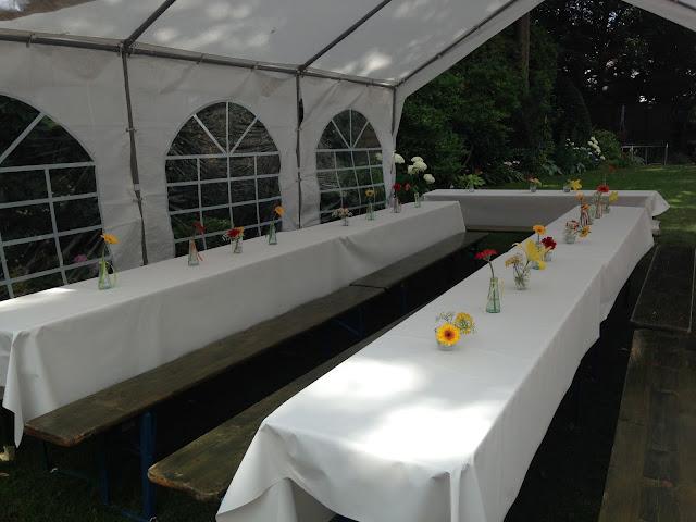 Gartenparty mit Zelt und Blumendeko