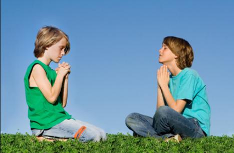 anak anak kristen sedang berdoa