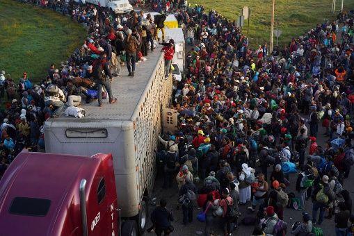 Unos 475 migrantes de la primera caravana se encuentran en la frontera de EE.UU.
