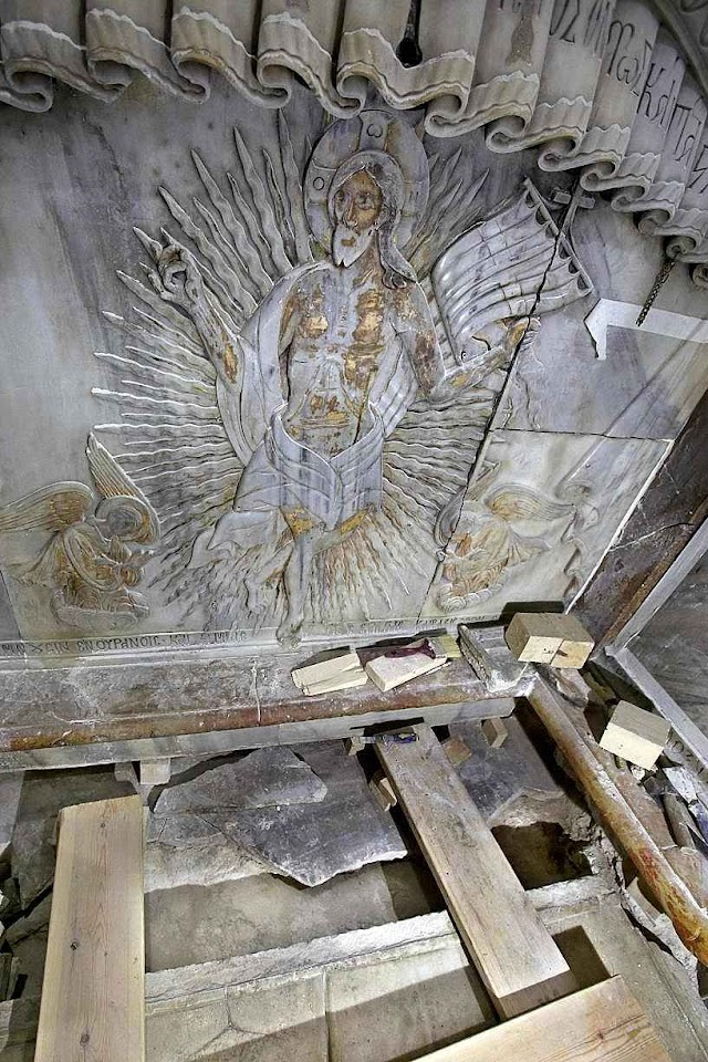 Na abertura do Santo Sepulcro alguns cientistas reportaram um 'suave aroma'  e os aparelhos funcionaram de modo anormal