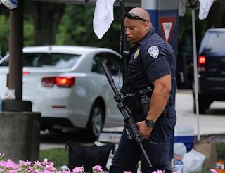 Bispo de Baton Rouge consola famílias de policiais assassinados