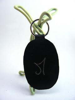 Porte clé en cuir gravé d'une lettre