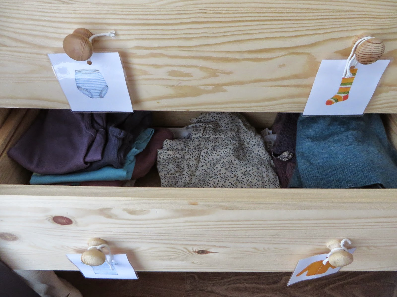 apo leo inspiration montessori ranger les v tements des filles. Black Bedroom Furniture Sets. Home Design Ideas
