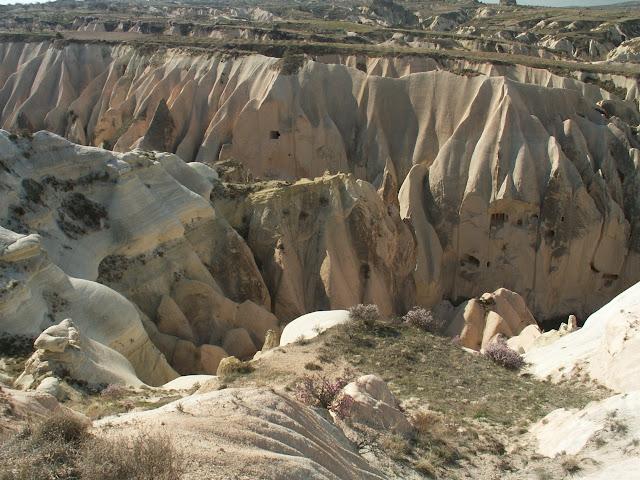 В окрестностях г. Кула в Эгейском регионе Турции имеется по аналогии названная область «Куладоккия», площадью 37,5 гектар, образовавшаяся схожим образом из вулканических пород.