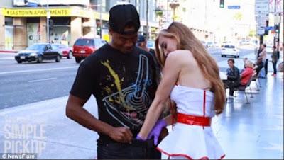 """Δείτε γιατί αυτή η κοπέλα άρχισε να πιάνει τα... """"μπαλάκια"""" άγνωστων ανδρών! (Πραγματικό βίντεο)"""
