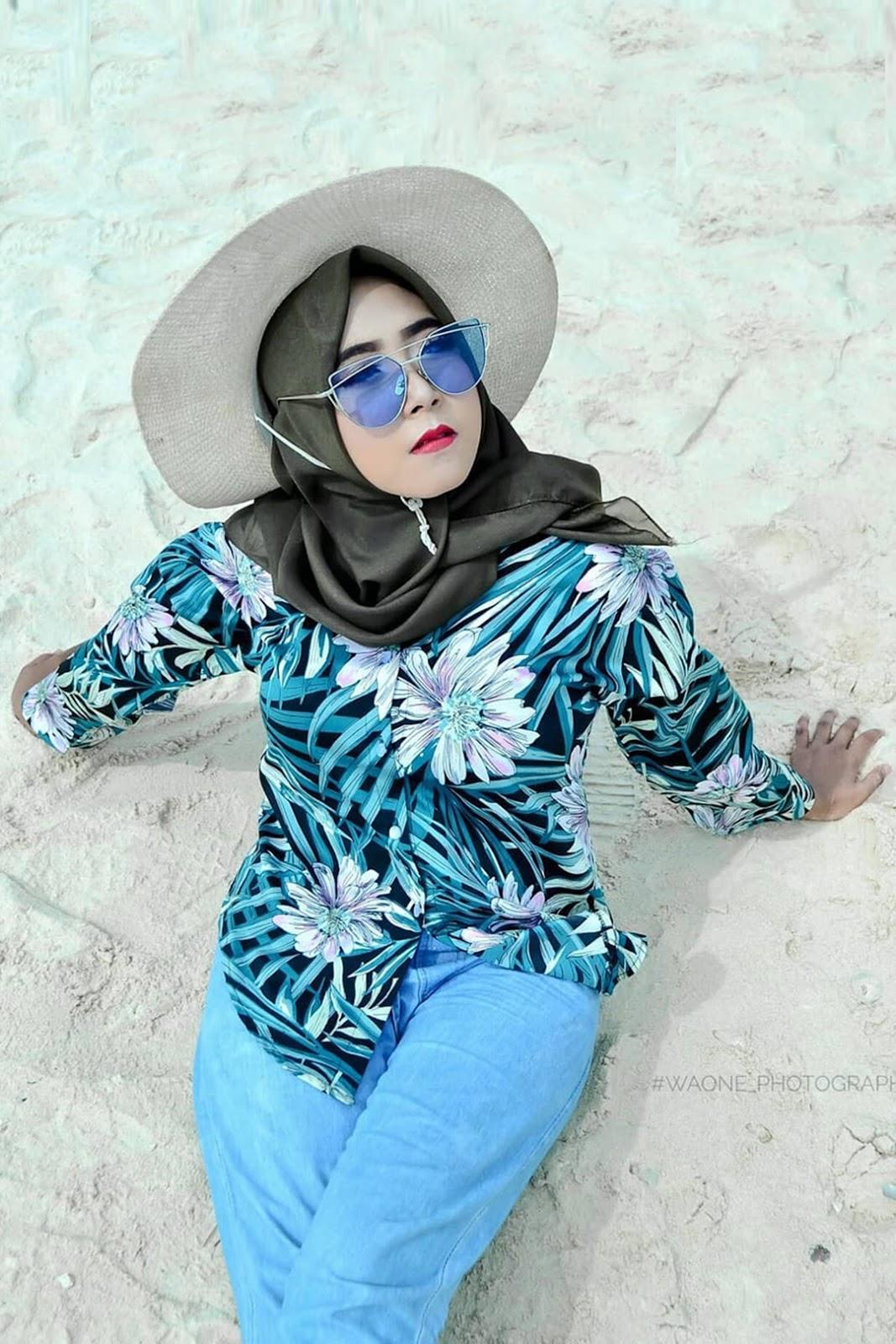 CEwek manis model pantai Hijab