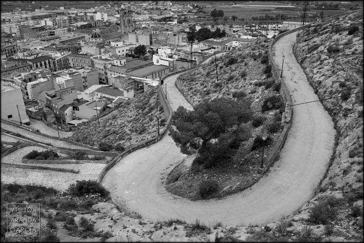 Fotografía del camino que sube a la montaña en Orihuela