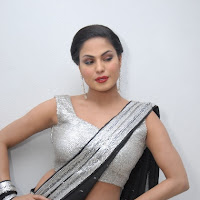 Splendid and foxy hot veena malik latest awesome black saree photos