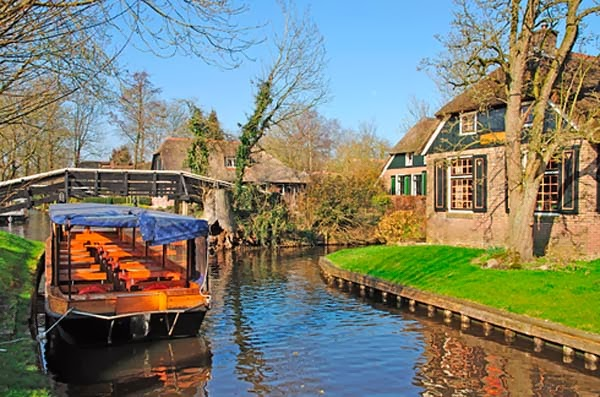 10.) Giethoorn, Netherlands - Welcome To The 19 Most Charming Places On Earth. They're Too Perfect To Be Real.