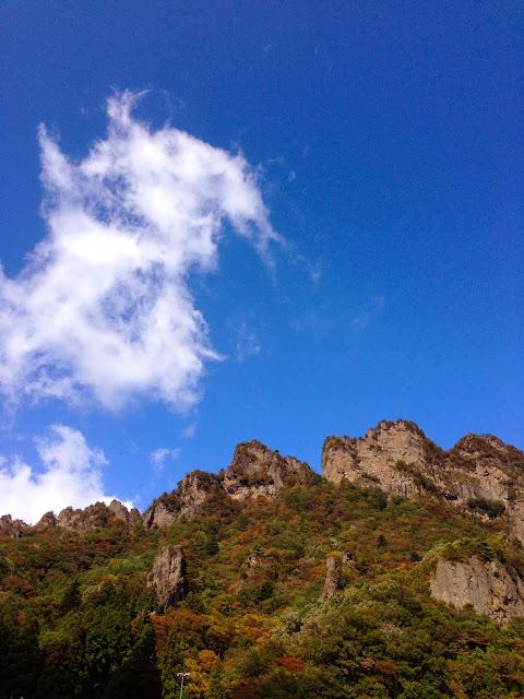 中之岳大駐車場から見上げた金洞山・白雲山