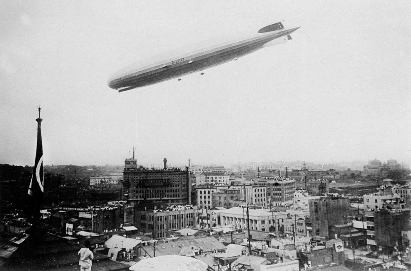 The Graf Zeppelin flies low over Tokyo before proceeding to Kasumigaura Airport on its around-the-world flight, on August 19, 1929.