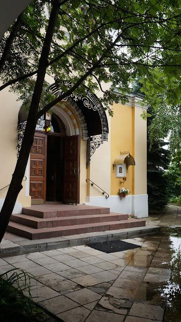 На фото изображен дворик храма при входе