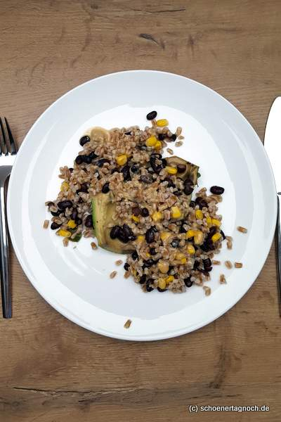 Dinkel-Salat mit schwarzen Bohnen, Mais und Avocado