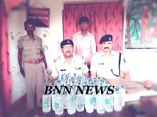59 बोतल शराब के साथ कारोबारी को ग्रामीणों ने पुलिस को सौंपा