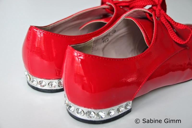 b41e57c2c9 Rote Lackschuhe mit Bling Bling. Wolltet ihr als Mädchen unbedingt rote  Lackschuhe haben?