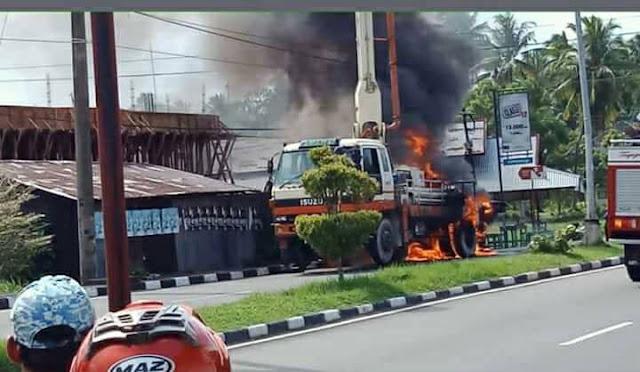 Truk Pompa Cor Terbakar Saat Mengecor Rumah Warga