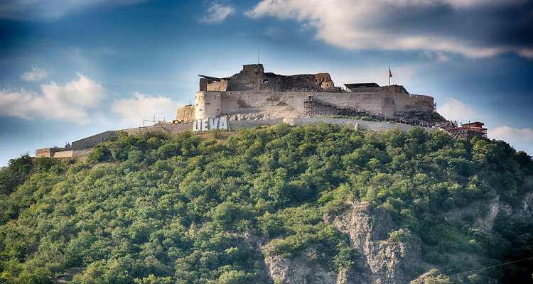Cetatea Deva înnorat