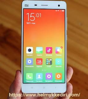 membersihkan layar smartphone dengan benar