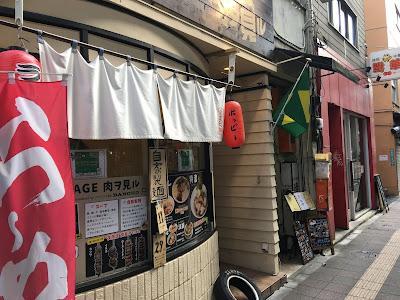 三軒茶屋にある麺GARAGE肉ヲ見ルの外観