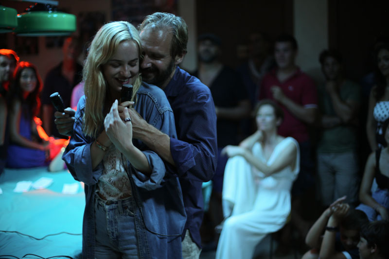 New a bigger splash clips featurettes pictures and for Film a bigger splash