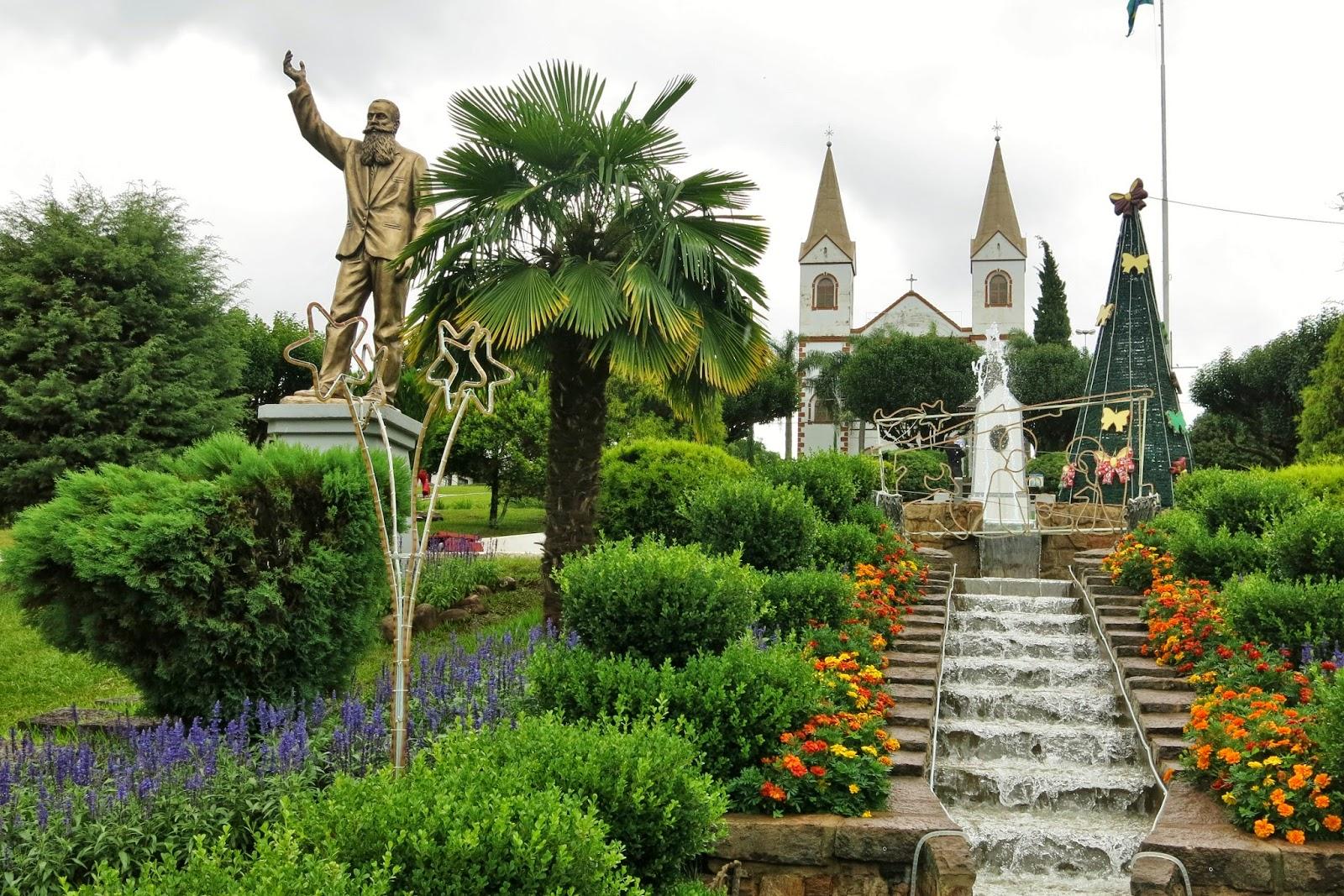 Igreja da Matriz e o busto de Andreas Thaler, fundador de Treze Tílias.
