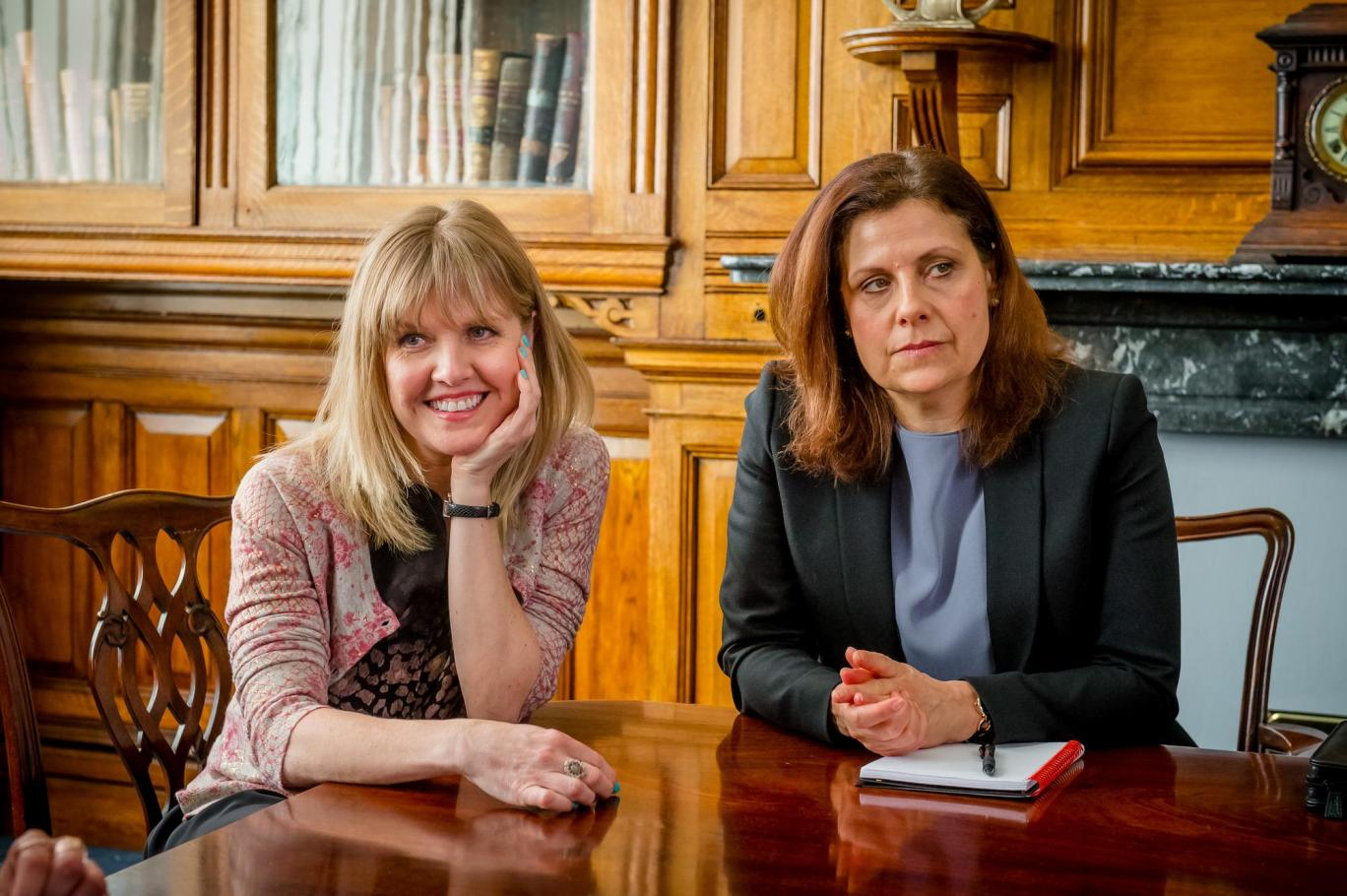 Ashley Jensen y Rebecca Front en una imagen de Love, Lies & Records