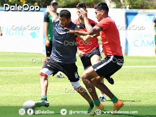 Duk disputa el baló con Olguin mientras que Bejarano se le aproxima en procura de quitarle el balón - Oriente Petrolero - DaleOoo