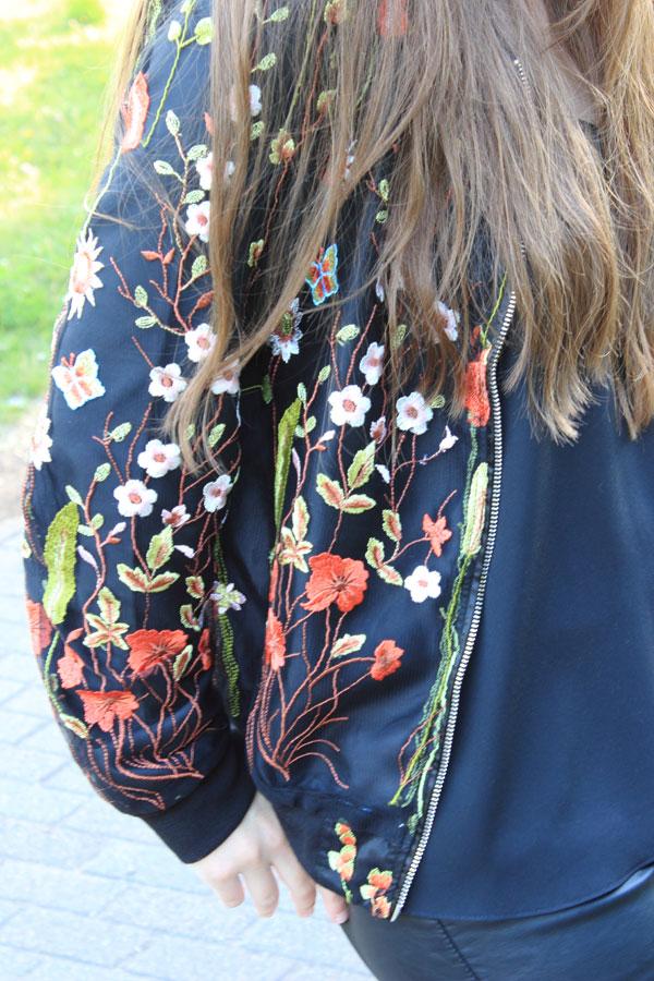 Bloggerklischees-blumen-blouson, Blumen Blouson, Blouson Damen, Blouson kombinieren, Blouson New Yorker, Ledershorts, Klischees, Influencer, fashionblogger, ootd, kolumne, floral print, blumenmuster, Trend: Blouson
