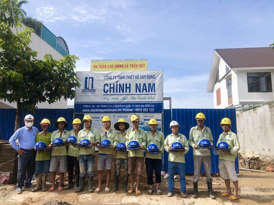 Công ty xây dựng Chính Nam tặng nón bảo hiểm và áo mưa cho toàn thể
