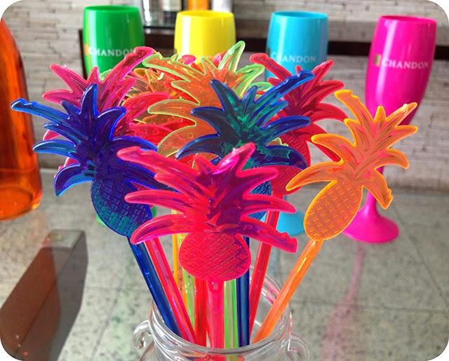 Enfeites para Drinks de Abacaxis Coloridos para Festa na Piscina