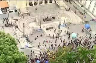 http://vnoticia.com.br/noticia/1433-pm-e-manifestantes-entram-em-confronto-em-frente-a-alerj