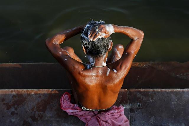 Індус миє голову у Ганзі