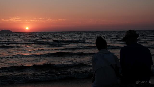 Coppia al tramonto sulla spiaggia