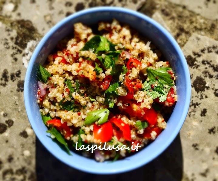Tabbouleh Tabul libanese con aggiunta di quinoa per una bella giornata di sole