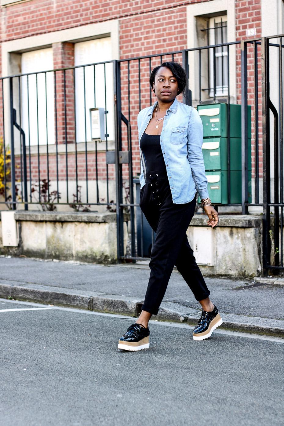 pantalon-jogging-et-chemise-en-jeans
