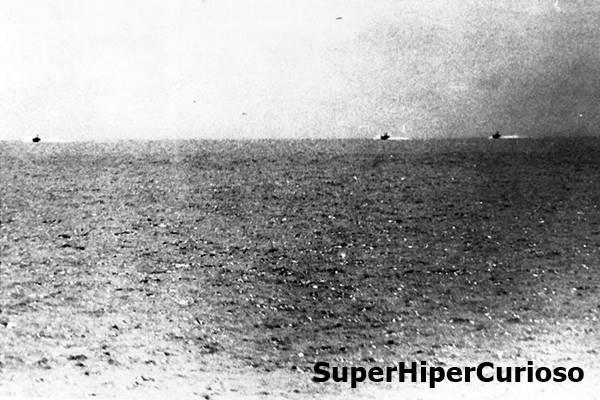 Imagem capturada do USS Maddox em 2 de agosto de 1964, mostra barcos de patrulha norte-vietnamitas