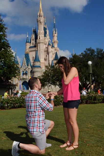 Pedido de casamento no castelo da Cinderela na Disney