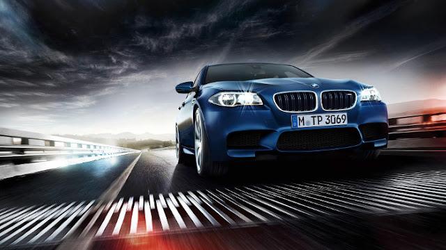 BMW M5 Bleue sur un Pont - Fond d'écran en HD