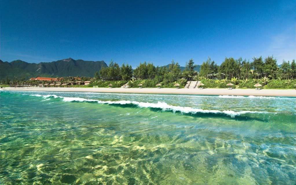 Bãi tắm nước biển xanh như ngọc