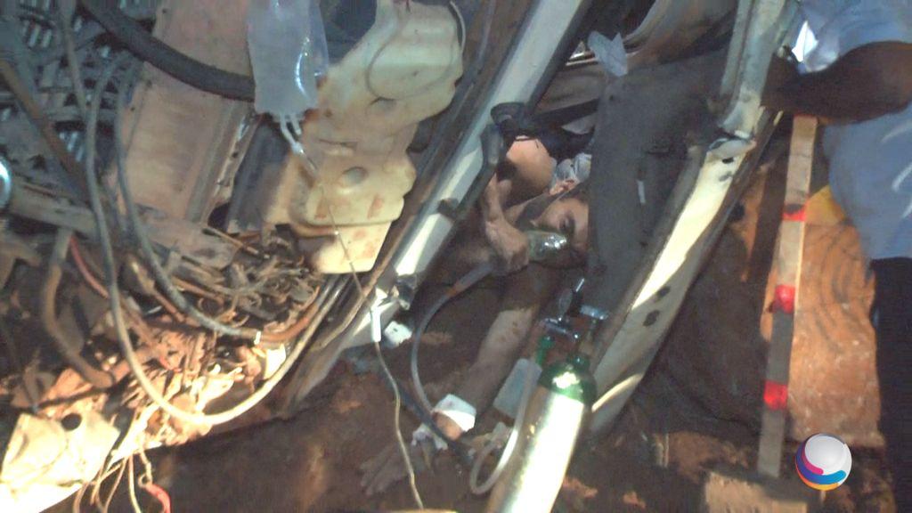 Motorista preso nas ferragens