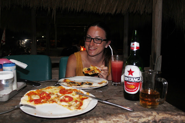 Cena en el restaurante Coral Beach Pizza Cottage de Gili Trawangan